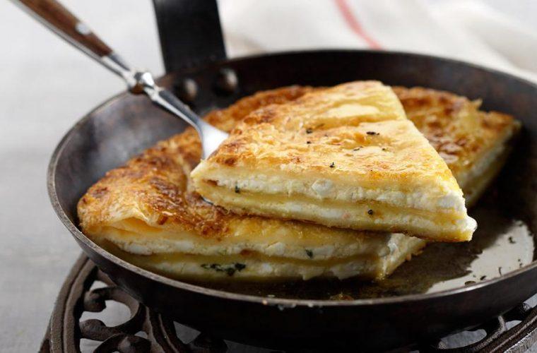 Tραγανή τυρόπιτα που φτιάχνεται σε 10 λεπτά στο τηγάνι