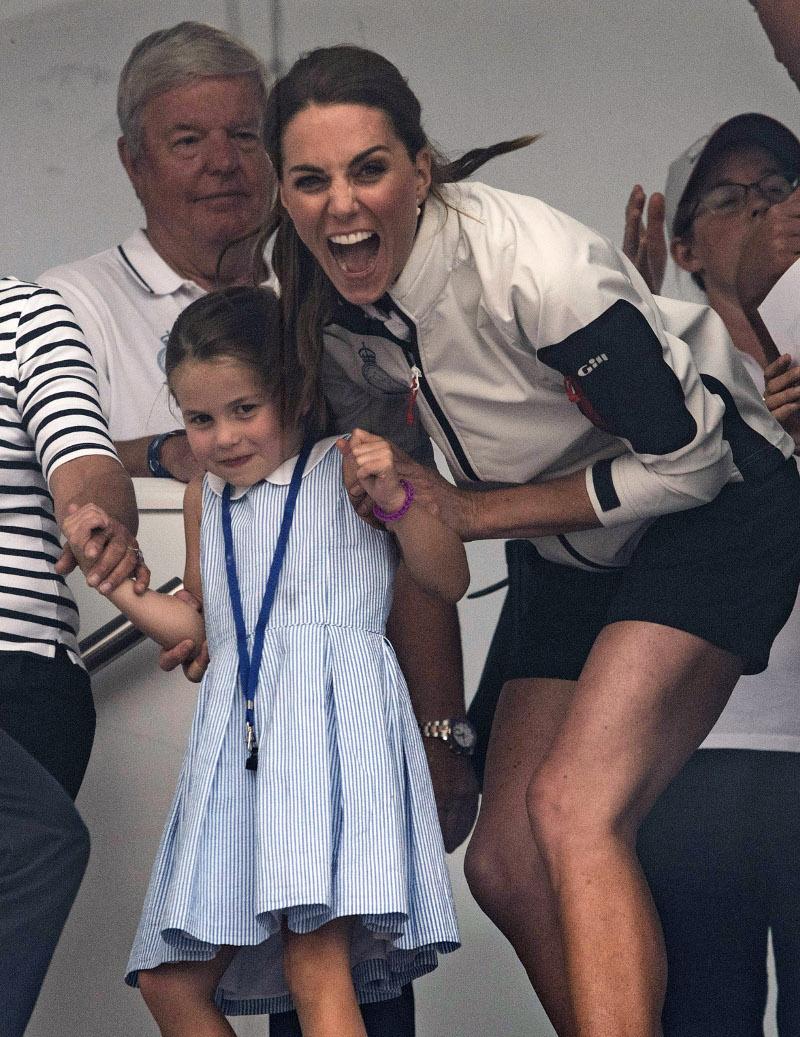 Το μεγαλύτερο ζιζάνιο: Η πριγκίπισσα Σάρλοτ βγάζει τη γλώσσα της στο πλήθος -Ετρεξε να τη μαζέψει η Κέιτ Μίντλετον (εικόνες)