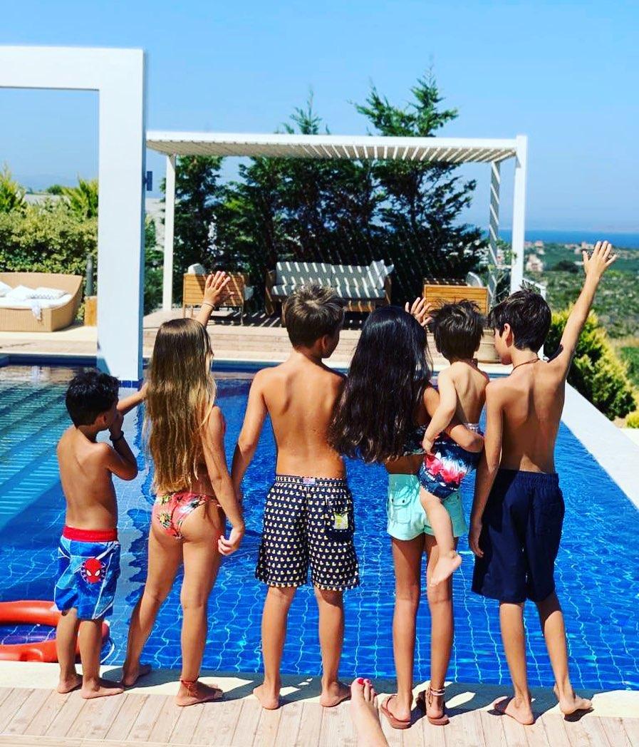 Η Ντόρα Μπακογιάννη πόσταρε μια φωτό με τα 6 εγγόνια της μαζί, για το «καλό καλοκαίρι» (εικόνα)