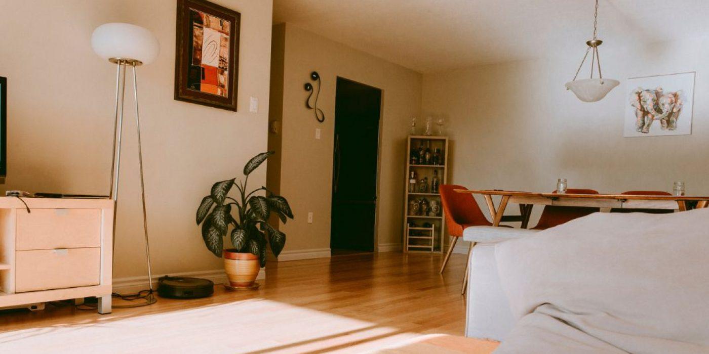 Tα 4 πράγματα που δείχνουν πάντα το σαλόνι σου πιο ακατάστατο από όσο είναι στην πραγματικότητα
