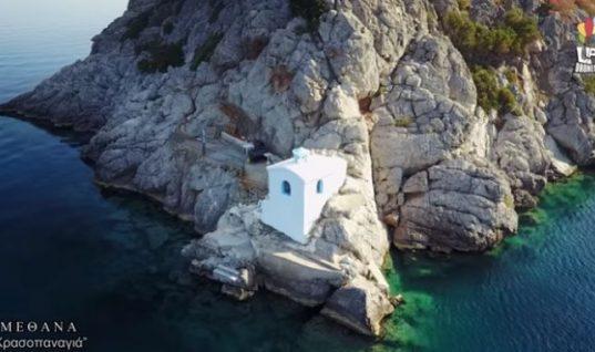 «Κρασοπαναγιά»: Το γαλάζιο εκκλησάκι της Πελοποννήσου που είναι φτιαγμένο από κρασί και χώμα