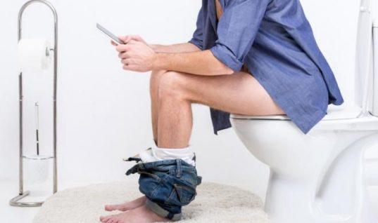 Πώς να καθόμαστε στην τουαλέτα για να γλιτώσουμε εντερικά και άλλα προβλήματα υγείας