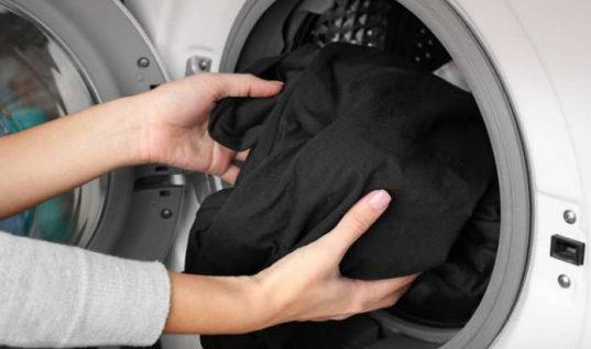 Δύο συμβουλές για να μην ξεθωριάσει το μαύρο από τα ρούχα σας