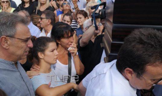 Κηδεία Λαυρέντη Μαχαιρίτσα: Συντετριμμένες η σύζυγός του και η κόρη τους