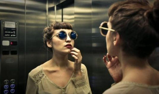 Γι αυτόν το λόγο σε όλα τα ασανσέρ υπάρχουν καθρέφτες!