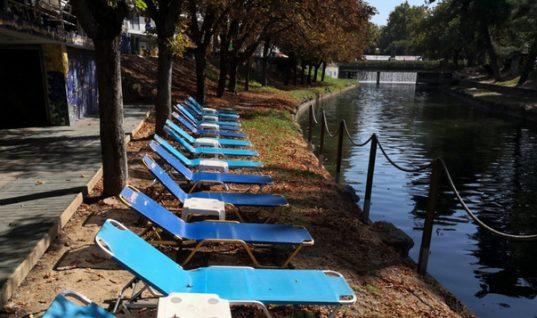 Ωραία ζωή στα Τρίκαλα: Ξαπλώστρες και τραπεζάκια στον Ληθαίο ποταμό (εικόνες)