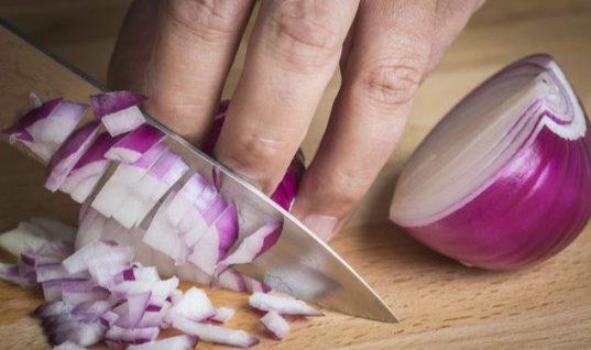 Πώς ξεμυρίζουν τα χέρια από κρεμμύδι και σκόρδο