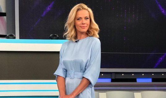 H Ζέτα Μακρυπούλια με σατέν φόρεμα -Kοστίζει λιγότερα από 20 ευρώ και έγινε ανάρπαστο (εικόνες)