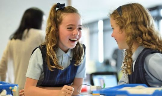 «Ρώτησέ το τι σε έκανε να γελάσεις όχι τι βαθμό πήρε»: Μια δασκάλα συμβουλεύει τους γονείς