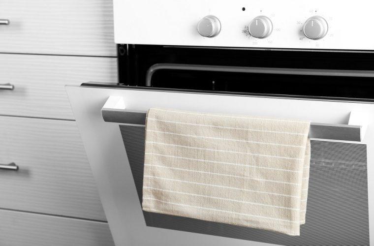 Γιατί δεν πρέπει ποτέ να κρεμάς την πετσέτα της κουζίνας στο φούρνο