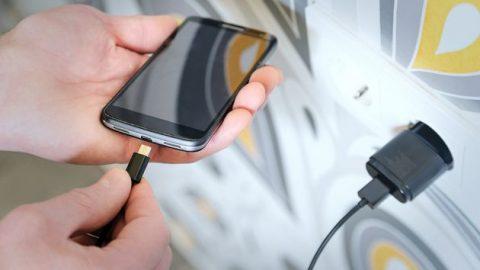 Σταματήστε να φορτίζετε το κινητό σας με αυτόν τον τρόπο, είναι επικίνδυνο