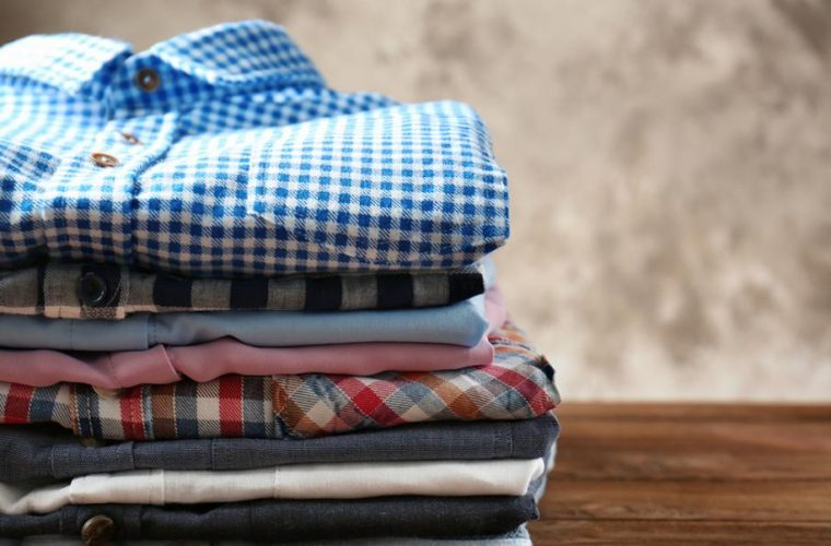 Ενας άνδρας έχει το απόλυτο τρικ για να διπλώνεις εύκολα και γρήγορα τις μπλούζες σου -Θα σου λύσει τα χέρια (εικόνες)