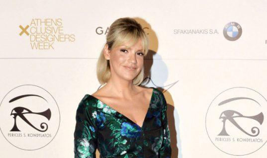 Η Σάσα Σταμάτη φόρεσε ένα βραδινό φόρεμα με φλατ παπούτσια και είναι το λουκ που θα πρέπει όλες να αντιγράψουν! (εικόνες)