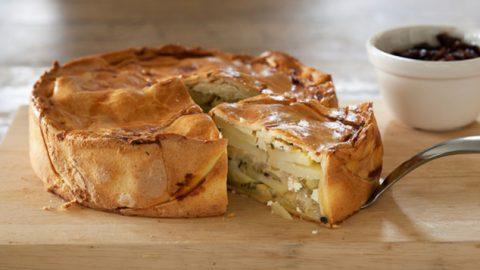 Πατατόπιτα με χωριάτικο φύλλο: Μια γευστική και χορταστική πίτα