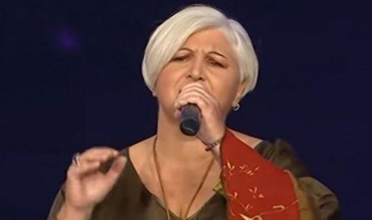 «The Voice»: Το πρωί καθαρίστρια, το βράδυ τραγουδίστρια -Η διαγωνιζόμενη που έκλεψε τις εντυπώσεις (vid)