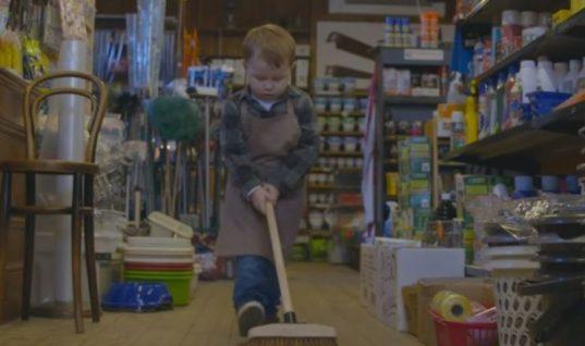 Αυτή είναι η πιο συγκινητική διαφήμιση των φετινών Χριστουγέννων – Πρωταγωνιστής ο 2χρονος Άρθουρ (vid)