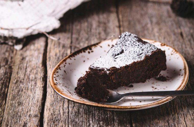 Το λαχταριστό σοκολατένιο κέικ με μόνο δύο υλικά που έγινε viral -Απίστευτα εύκολο, γίνεται σε 30 λεπτά
