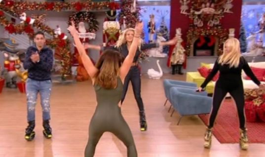 Η Φαίη Σκορδά χορεύει αμέριμνη και το ύπουλο πουκάμισο ανοίγει διάπλατα! (vid)