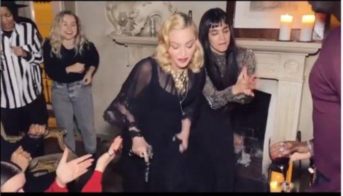 Σοκάρει η εικόνα της Μαντόνα: Mε μπαστούνι και υποβασταζόμενη (εικόνες )