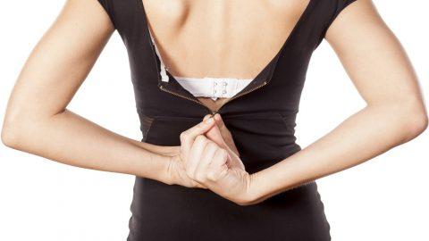 Το απίστευτο κόλπο για να κλείσεις το φερμουάρ του φορέματος αν είσαι μόνη στο σπίτι