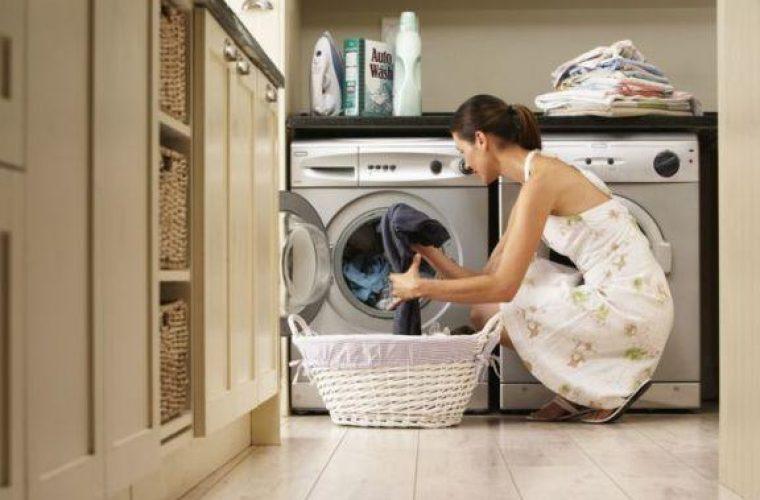 Γιατί είναι καλό να βάζεις χυμό λεμονιού στο πλυντήριο όταν πλένεις λευκά