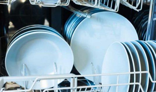 Πώς να καθαρίσετε και να απολυμάνετε το πλυντήριο πιάτων σας χωρίς χημικά