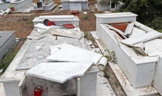Σοκ στη Μεσσηνία: Ανήλικοι ξέθαψαν νεκρή και την ακούμπησαν καθιστή στην είσοδο του νεκροταφείου