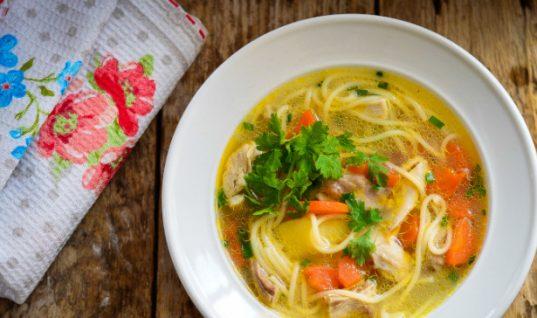 Η συνταγή που θα λατρέψουν όλοι: Κοτόσουπα με noodls!
