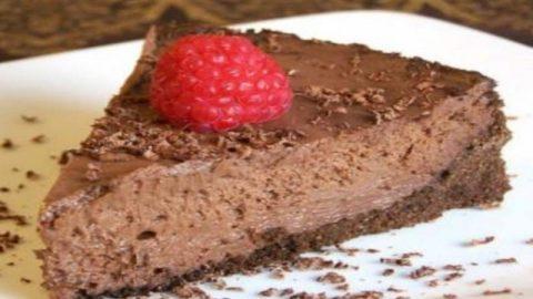Ελαφρύ και γρήγορο γλυκό ψυγείου σοκολάτας με 5 μόνο υλικά