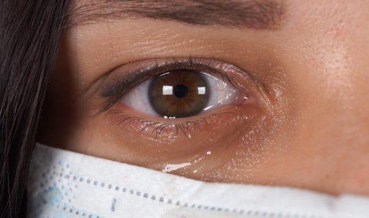 Κορωνοϊός: Μεταδίδεται ακόμα και με τα δάκρυα- Τι συνιστάται σε όσους φορούν φακούς επαφής