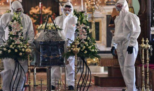 Κορωνοϊός: Πρωτοφανείς εικόνες στη κηδεία του πρώτου νεκρού στην Ελλάδα – Με ειδικές στολές και μάσκες