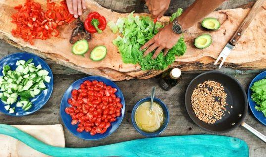 Κορωνοϊός: Χρήσιμες συμβουλές για το μαγείρεμα από τον ΕΟΔΥ