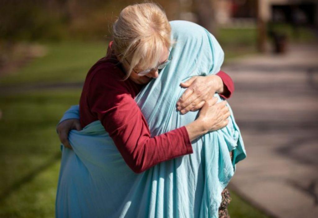 Συγκλονιστική φωτογραφία: Μάνα τυλίγει τη νοσοκόμα κόρη της με σεντόνι για να την πάρει αγκαλιά