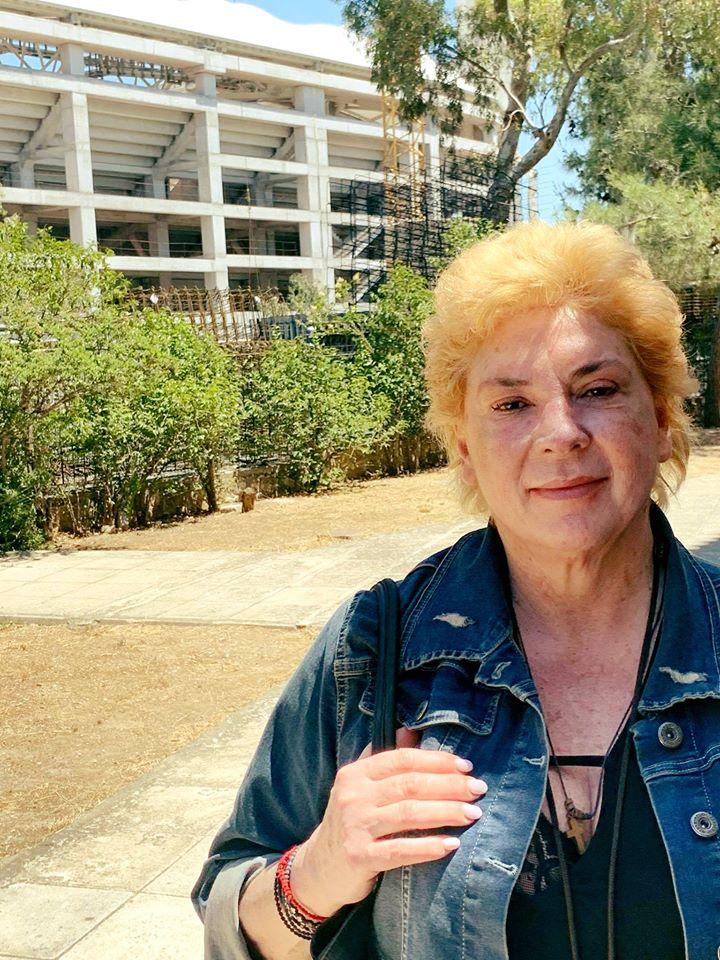 Αγνώριστη η Δήμητρα Παπανδρέου: Με κοντό αγορίστικο μαλλί και χωρίς μακιγιάζ πήγε να προσκυνήσει