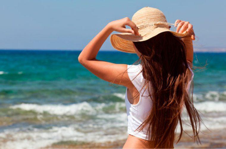 Ο λόγος για τον οποίο πρέπει να μπαίνεις στη θάλασσα με ήδη βρεγμένα μαλλιά!