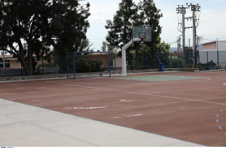 Πρωτοφανές περιστατικό στη Λαμία: Παιδιά προσήχθησαν στο τμήμα γιατί πήγαν για μπάσκετ στο προαύλιο κλειστού σχολείου