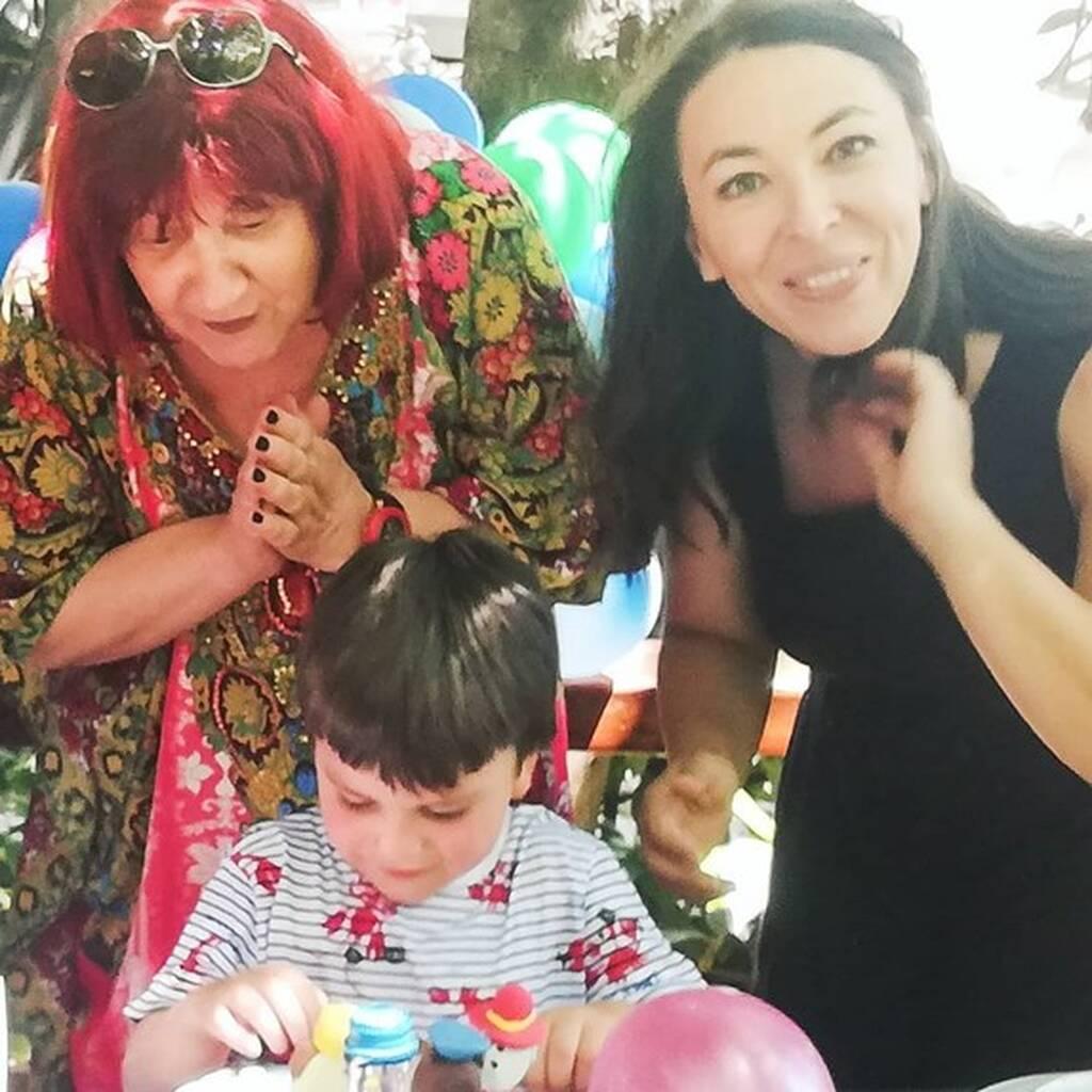 Αλίκη Κατσαβού: Τα πρώτα γενέθλια του Φοίβου χωρίς τον πατέρα του (εικόνες)