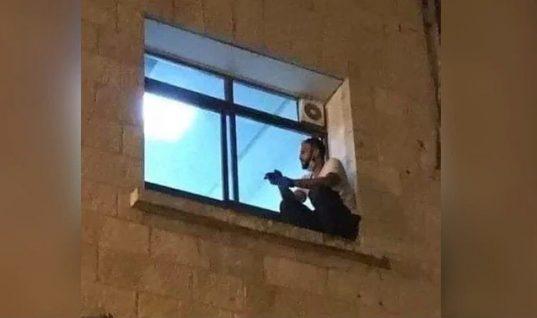 «Αντίο μαμά»: Η συγκλονιστική ιστορία νεαρού που σκαρφάλωσε στο παράθυρο νοσοκομείου για να αποχαιρετήσει τη μητέρα του