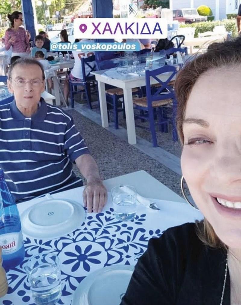 Αγνώριστος ο Τόλης Βοσκόπουλος: Φανερά αδυνατισμένος σε βόλτα σε ταβερνάκι (εικόνα)