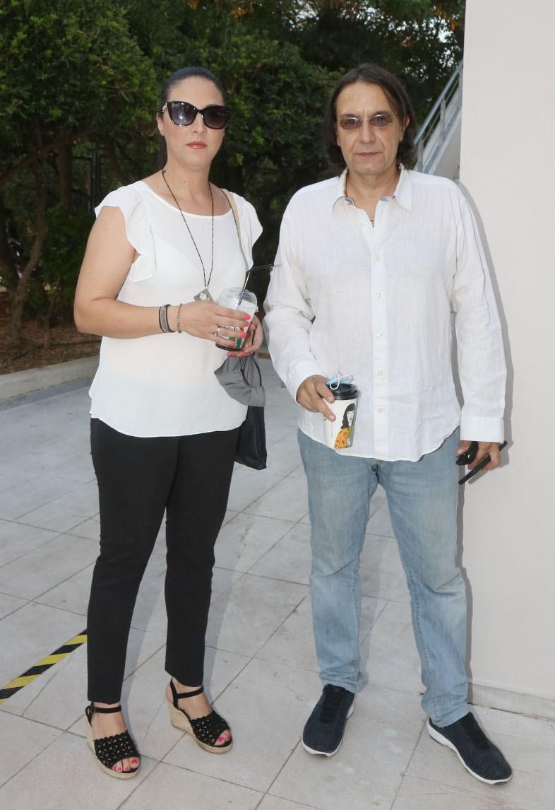 O Γιάννης Κότσιρας και η σύζυγός του στο θέατρο, σε μια σπάνια κοινή εμφάνιση (εικόνες)