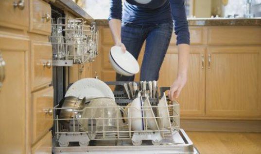 Νεαρός βάζει κάμερα μέσα σε πλυντήριο πιάτων και μας δείχνει πως πλένονται!