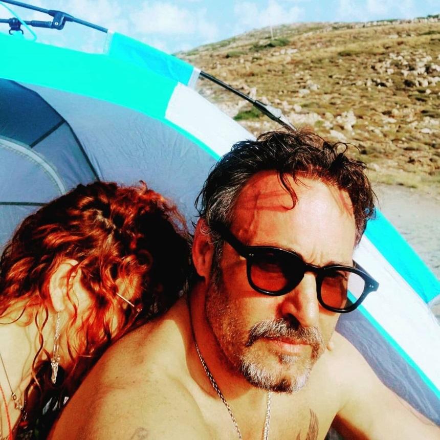 Φωτεινή Ψυχίδου – Σπύρος Πώρος: Τρυφερές αγκαλιές και φιλιά στις διακοπές τους (εικόνες)