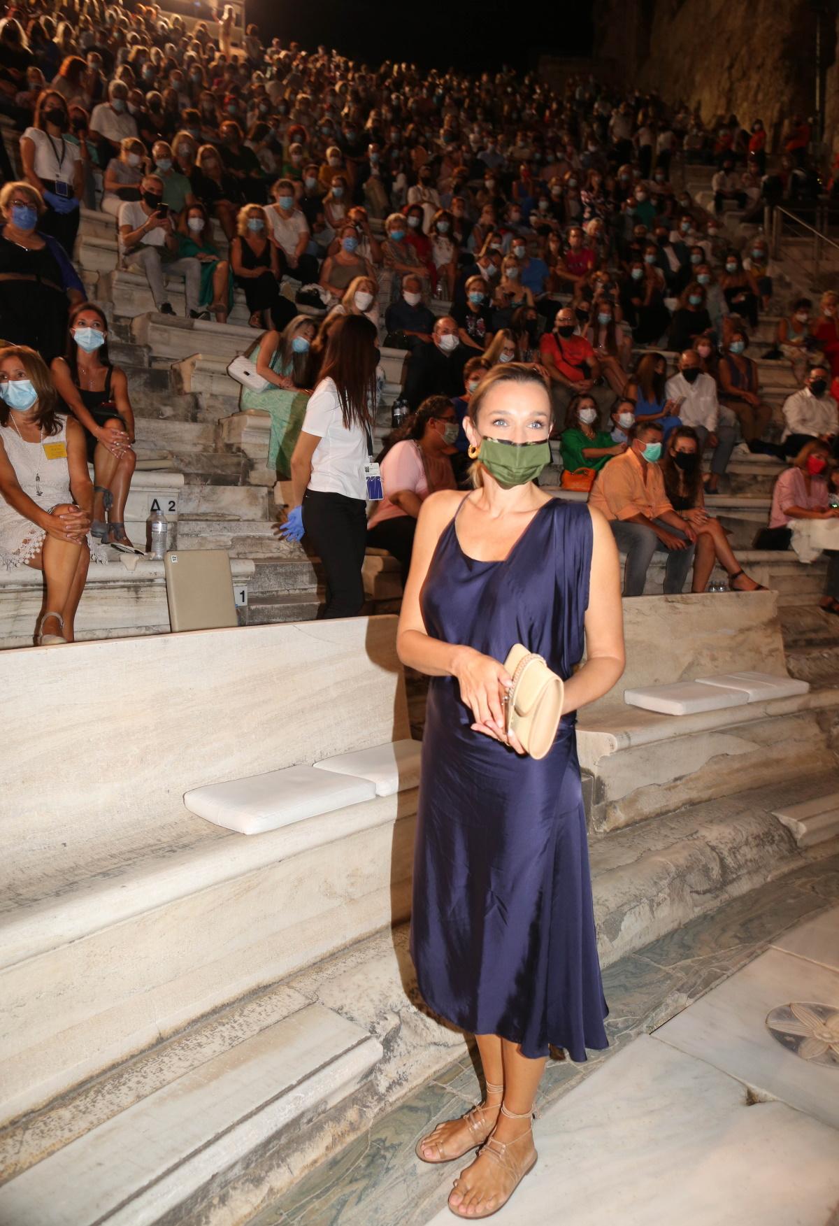 Κάτια Ζυγούλη: Με εκπληκτικό φόρεμα στη συναυλία του Σάκη Ρουβά! (εικόνες)