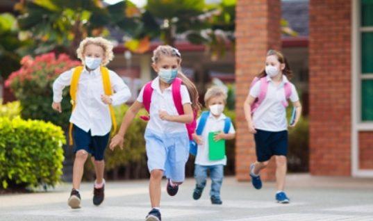 Έτσι πρέπει να φορούν τα παιδιά τη μάσκα σύμφωνα με τις οδηγίες που έδωσε η καθηγήτρια Παιδιατρικής