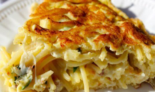Σου περίσσεψαν τα μακαρόνια; Φτιάξε pasta frittata! Η ιταλική συνταγή που θα λατρέψεις