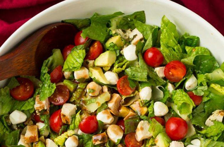 Τα 3 υλικά που «φορτώνουν» θερμίδες την σαλάτα!