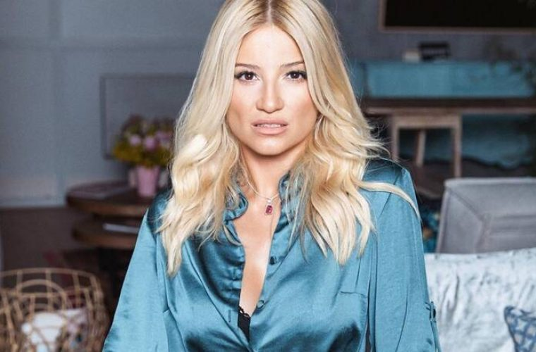 Φαίη Σκορδά: Η φωτογραφία της με πιτζάμες και αμακιγιάριστη δίπλα στο αναμμένο τζάκι!