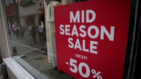 Ξεκινούν οι φθινοπωρινές εκπτώσεις- Ποια Κυριακή θα είναι ανοιχτά τα καταστήματα και πόσο θα διαρκέσουν