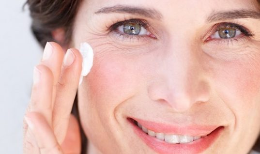 Αντιγηραντική και συσφικτική μάσκα προσώπου με 3 υλικά που έχεις στην κουζίνα σου! Την φτιάχνεις στο λεπτό