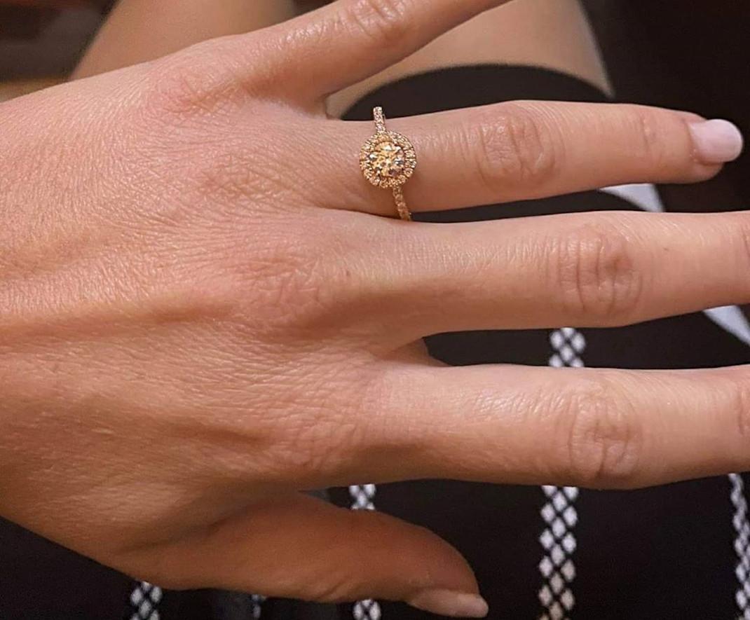 Ο Γιάννης Καλλιάνος έκανε πρόταση γάμου στην κούκλα σύντροφό του! Το υπέροχο μονόπετρο που της χάρισε (εικόνες)